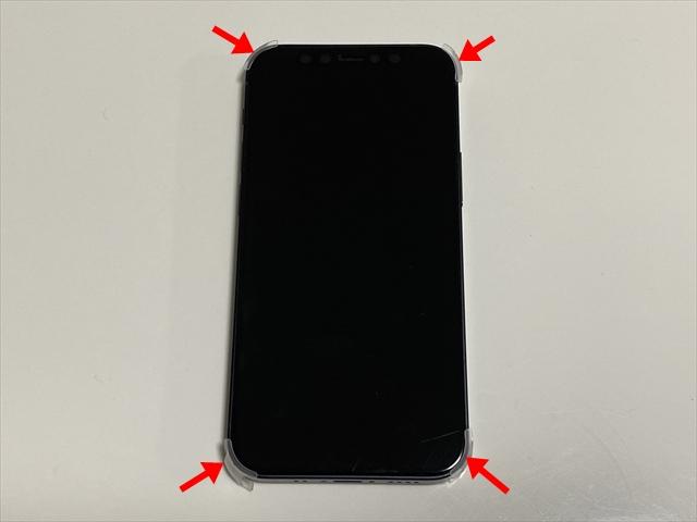 iPhoneの四隅に緩衝材を付ける