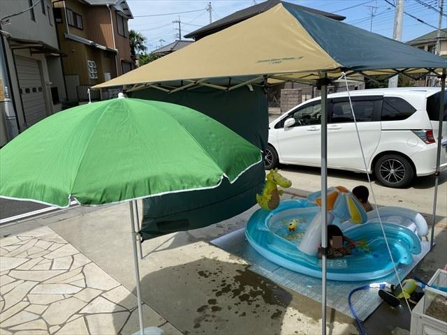 庭でビニールプール遊びに日除けとして使用している様子